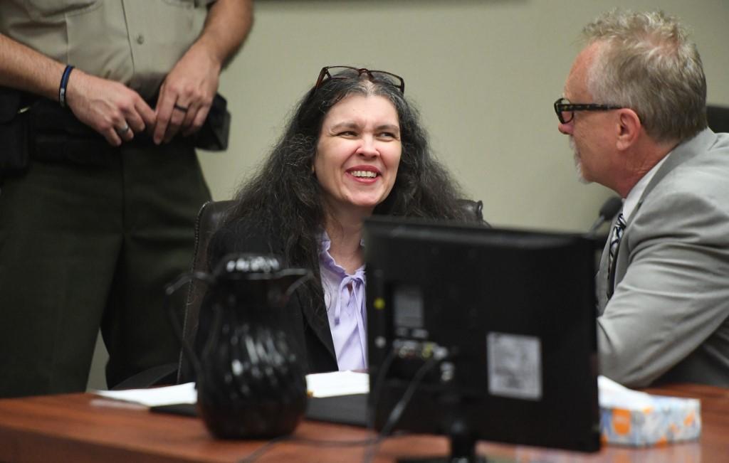 Dan cadena perpetua a pareja que torturó a 12 hijos