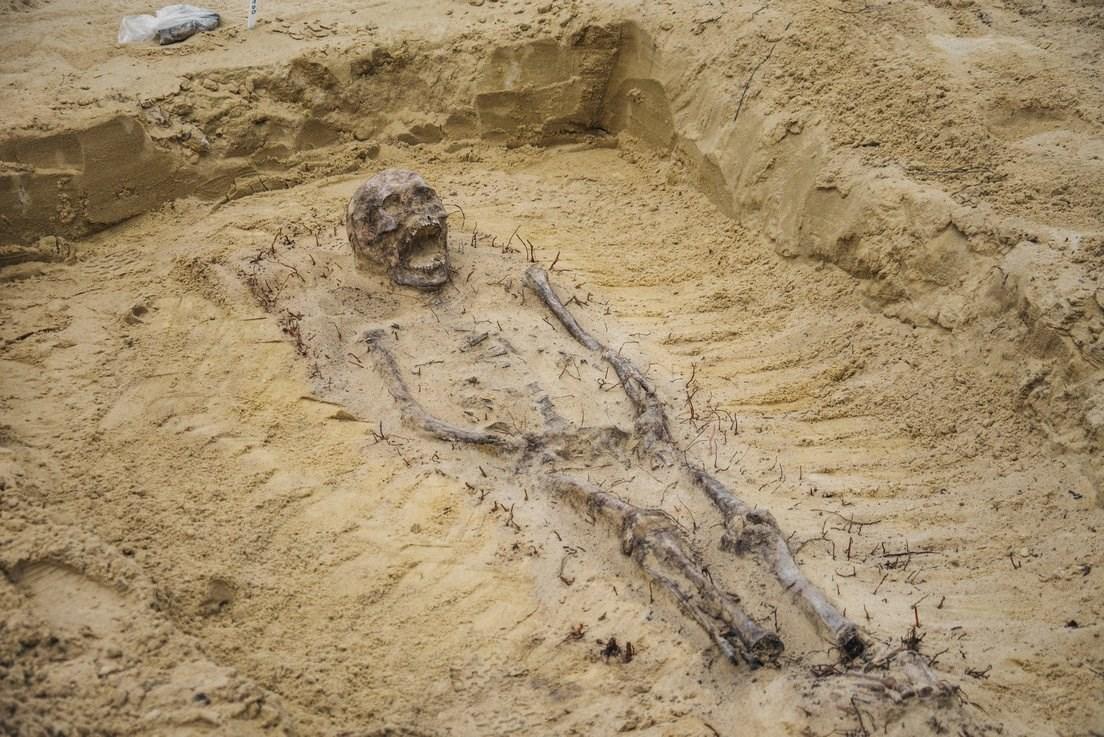 Fosa común: hallaron cuerpos de unos 100 nenes con monedas en la ...