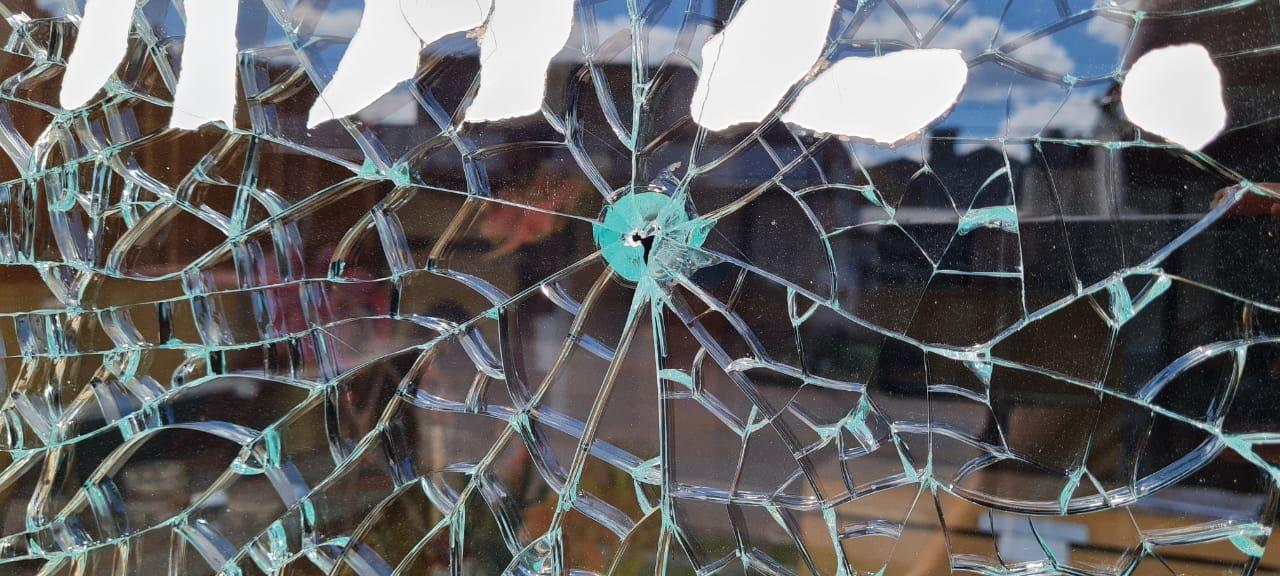 """Vandalismo en Mendiolaza: Los """"rompevidrios"""" atacaron a 20 autos, ventanas  y vidrieras - Telefe Córdoba"""